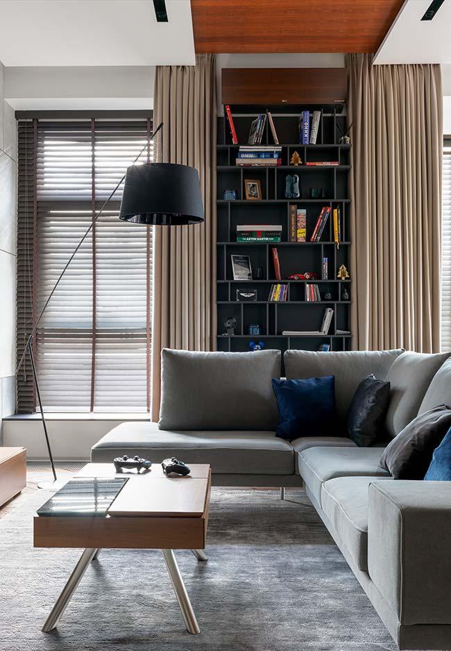 Para janela, a persiana e para esconder a estante de livros, a cortina de pano