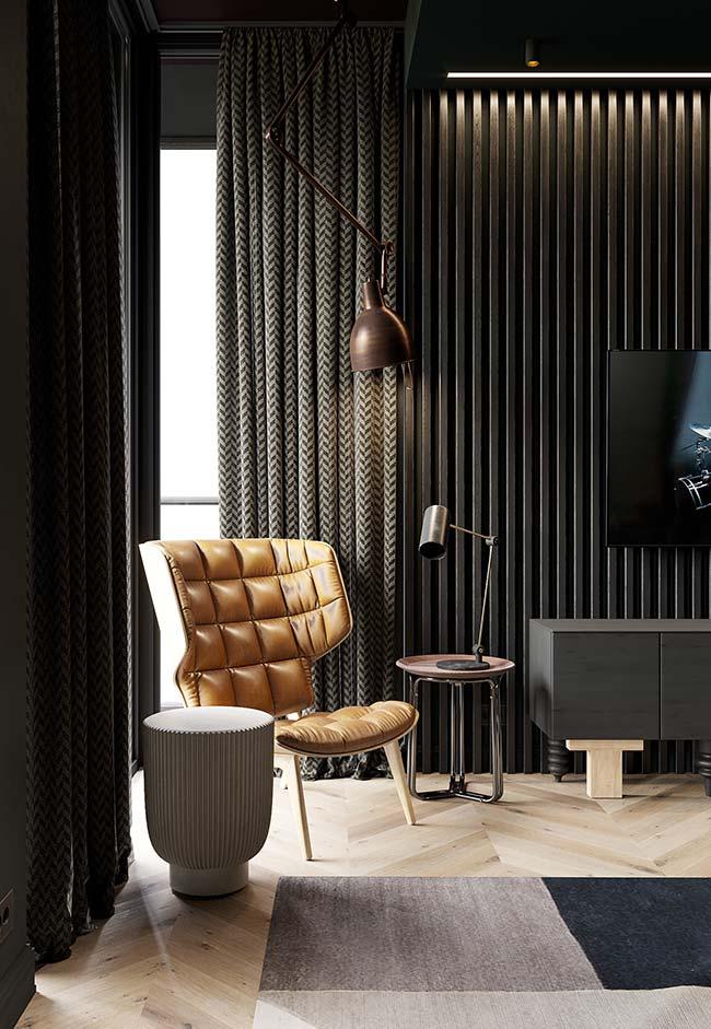 A cortina de estampa discreta contorna a parede pelo trilho e ajuda a compor a decoração da sala de estilo sóbrio
