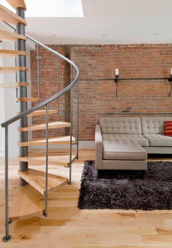 Para um visual clássico, utilize um piso da mesma cor que a escada de madeira