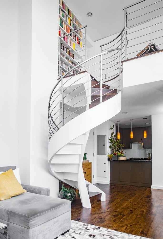 Escada caracol branca com guarda-corpo metálico