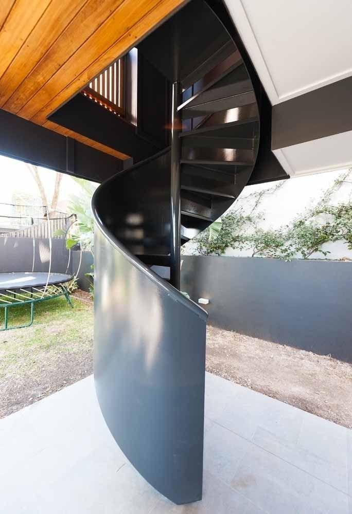 Para se conectar a área externa: escada caracol com metálica com pintura brilhante e lateral fechada