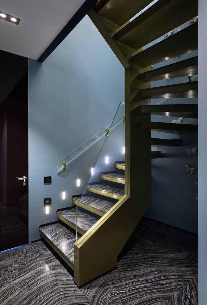 Escada caracol projetada para comportar o mesmo material do piso, formando uma continuidade