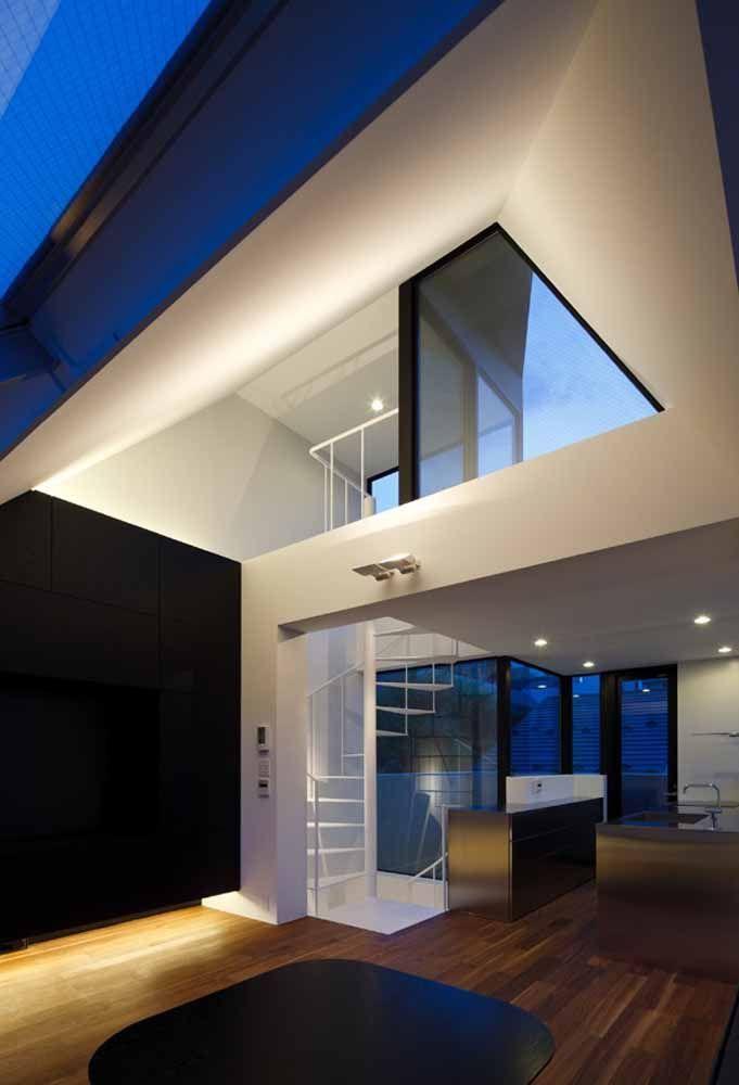 Escada caracol branca para se conectar a área superior externa ou terraço