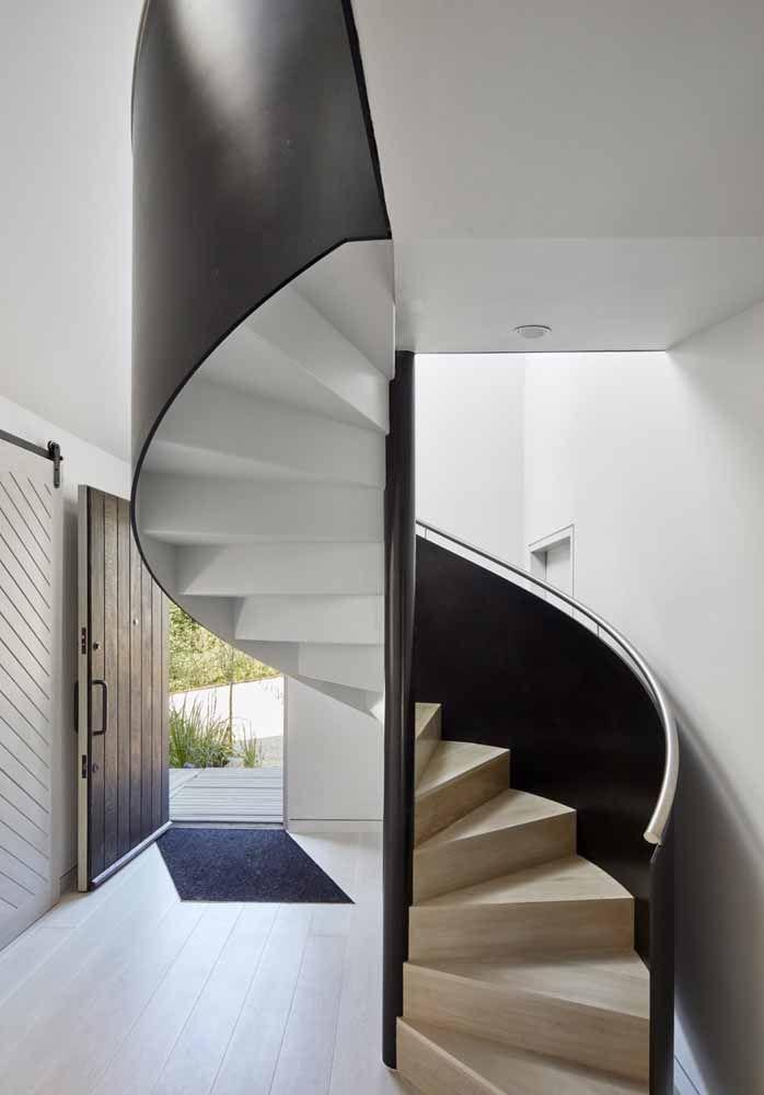 Escada com degraus em material e estrutura lateral na cor preta