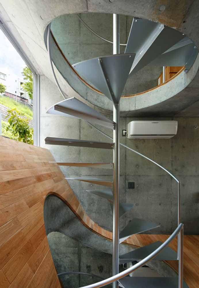 Nesta escada, um amplo vão foi utilizado entre cada degrau