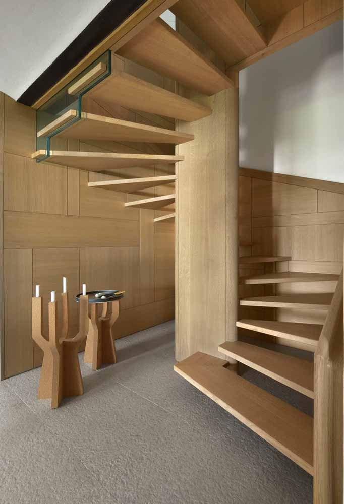 Escada ampla em madeira