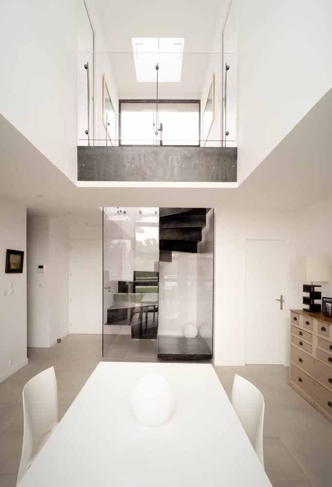 Escada caracol em ambiente isolado em estrutura de vidro