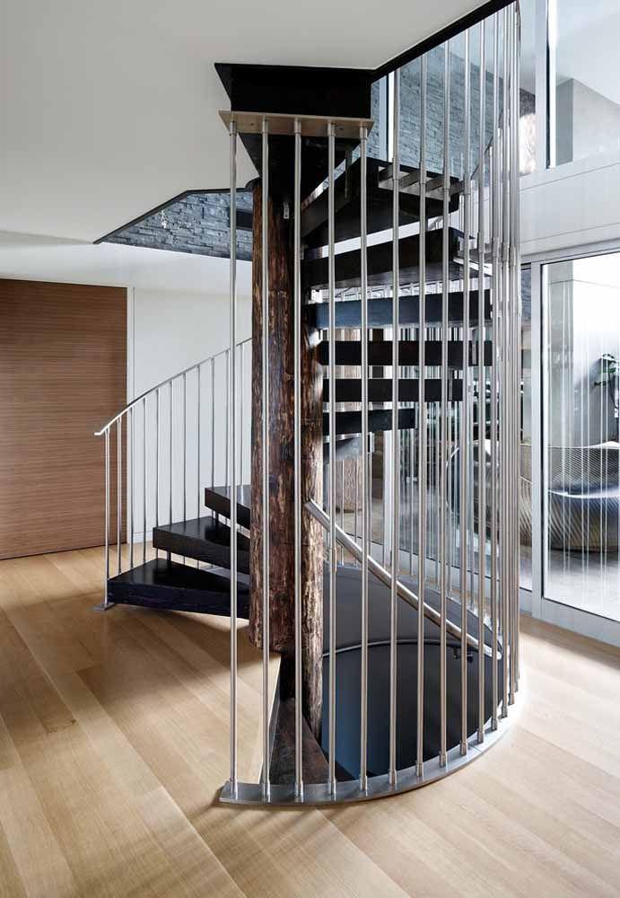 Escada caracol com proteção e guarda-corpo em barras metálicas