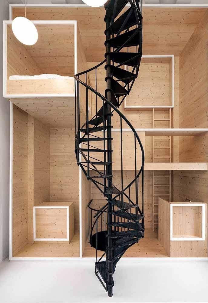Escada caracol estreita para ocupar pouco espaço em sua base