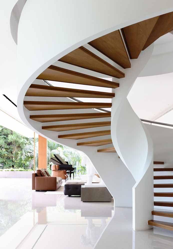 Amplo modelo de escada com degraus de madeira e estrutura branca lateral