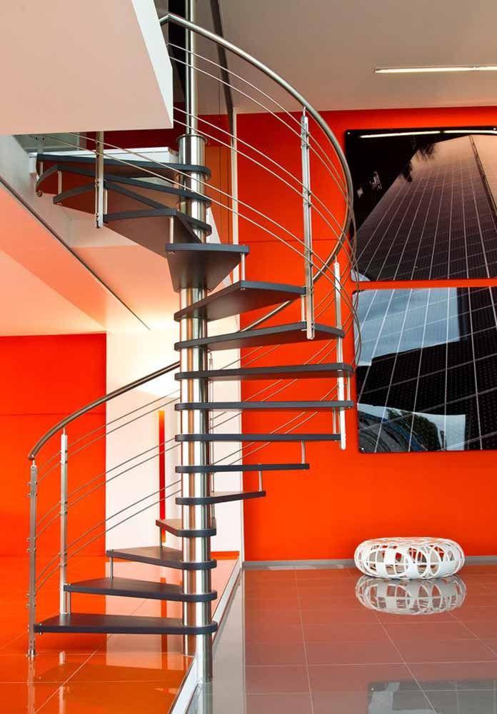 Escada caracol em ambiente com vermelho marcante