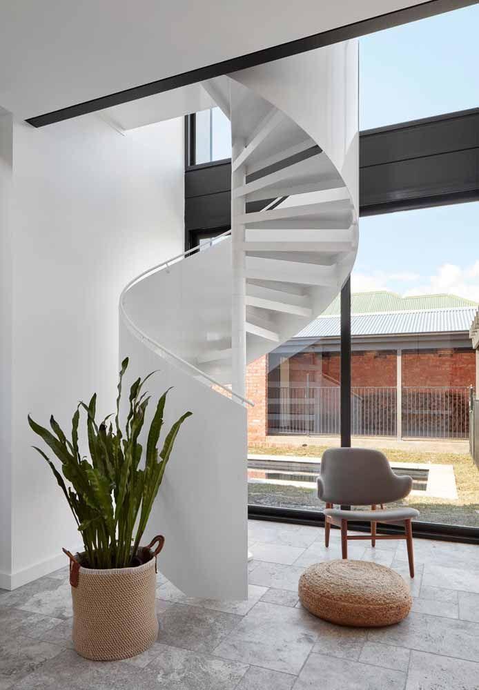 Escada caracol metálica branca para uma construção moderna