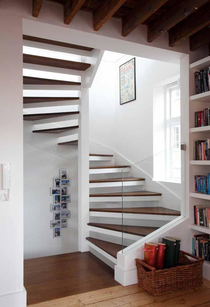 Escada caracol ampla fixada a estrutura da residência: semelhante a uma escada convencional, com amplo espaço para circulação
