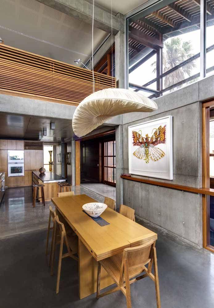 O cimento queimado é o grande charme dessa decoração, apresentando um loft industrial