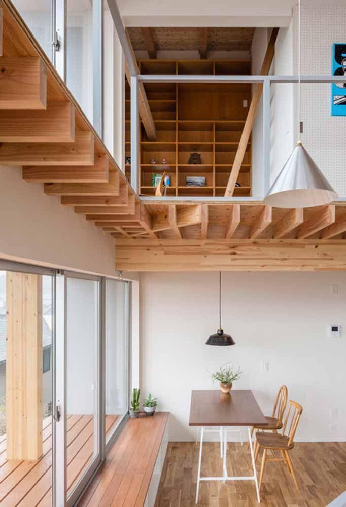 Loft com mezanino feito de madeira