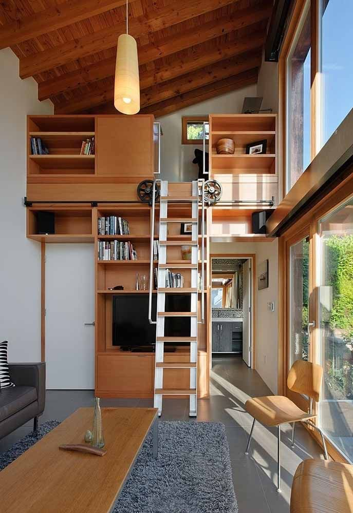 A escada móvel ocupa menos espaço
