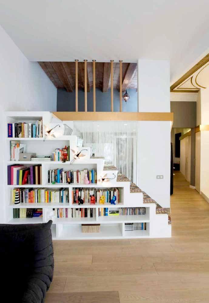 Aproveite a lateral da escada para transformar em um belo armário