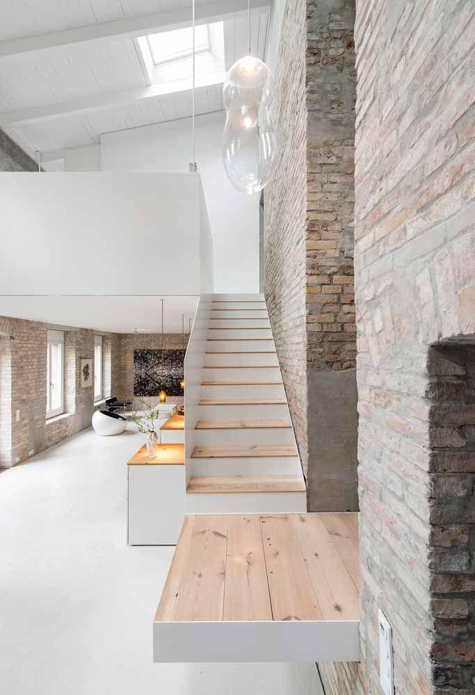 As paredes sem reboco ganham destaque nessa decoração