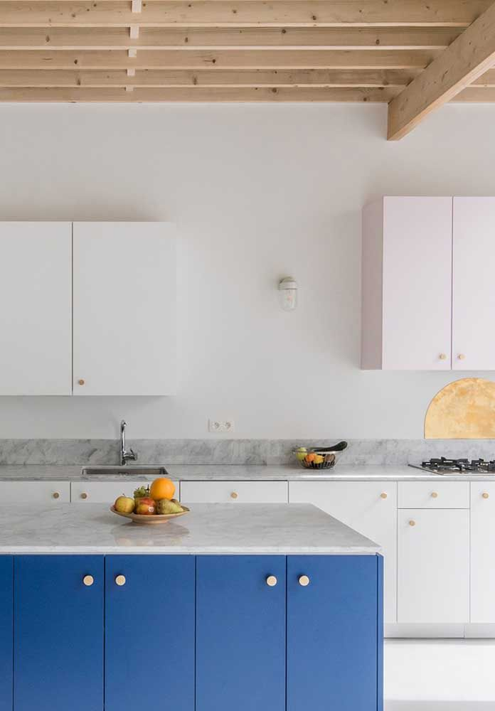 A cor azul dá um toque especial nessa cozinha totalmente branca e o granito deixa o ambiente mais sofisticado.