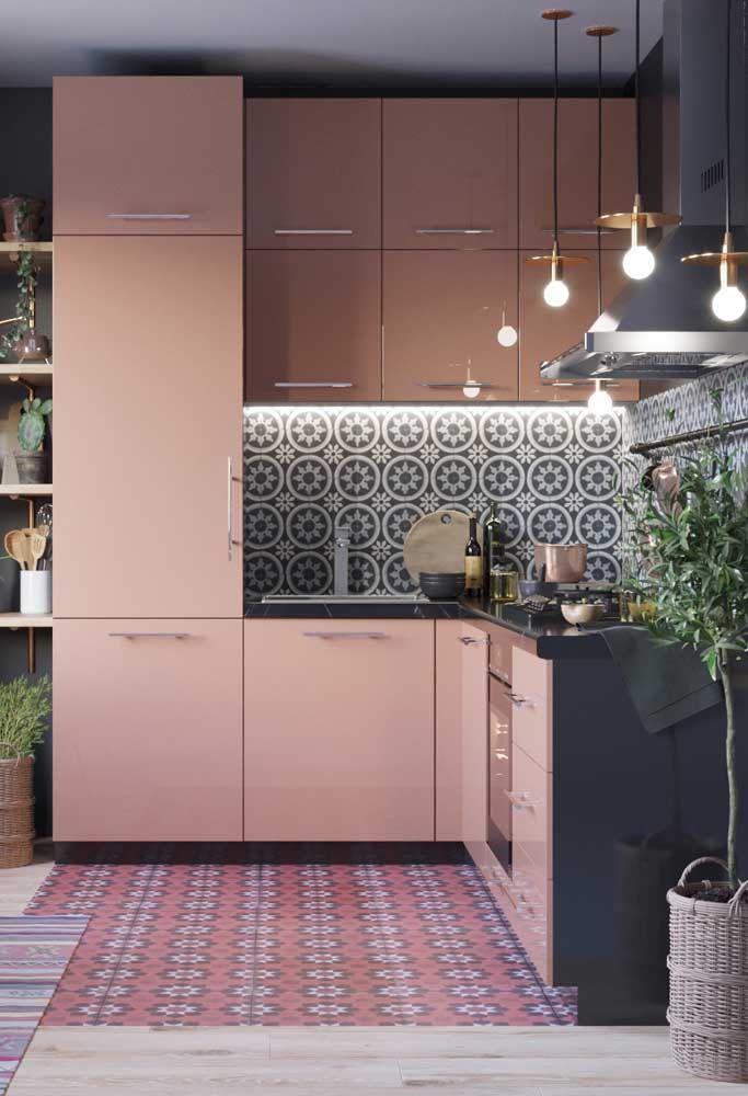 A cozinha fica mais luxuosa com o armário na cor rosé gold. O mais interessante é que a cor combina com todo o cenário.