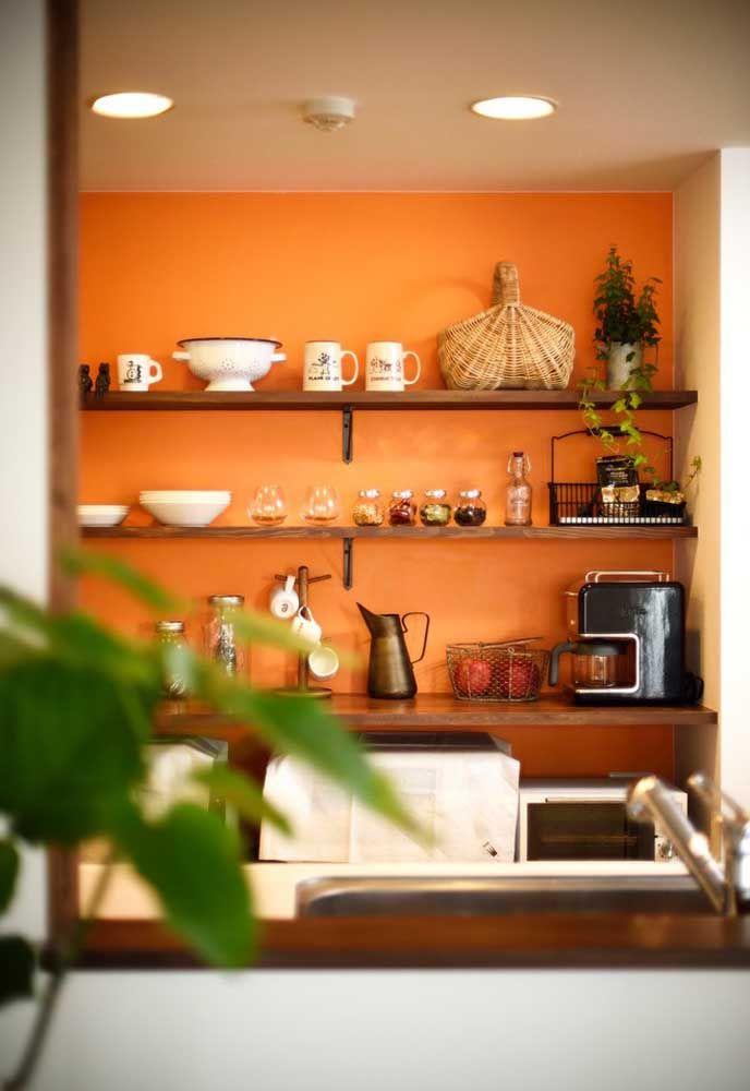 Não são só as cores sóbrias ou claras as mais indicadas para a cozinha. É possível usar cores mais vibrantes como o laranja