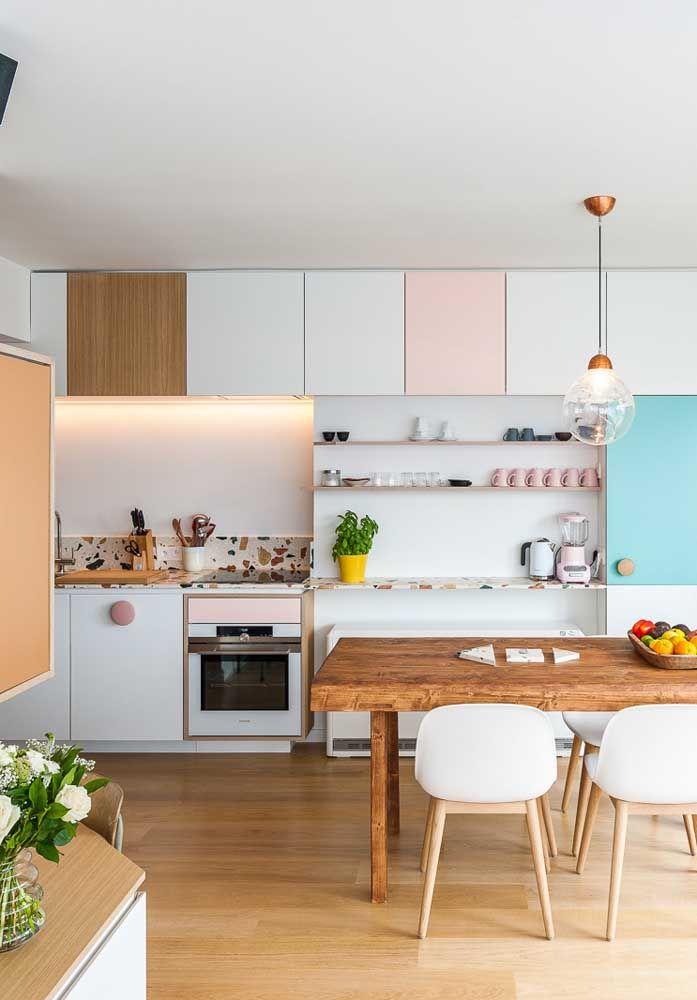 Agora se a intenção é fazer uma cozinha mais romântica, aposte em móveis nas cores branca com detalhes rosa.