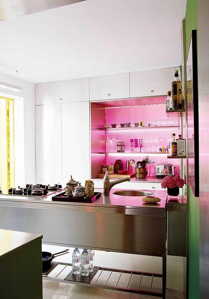 Se quiser chamar mais atenção, use a cor pink em alguns detalhes da cozinha.