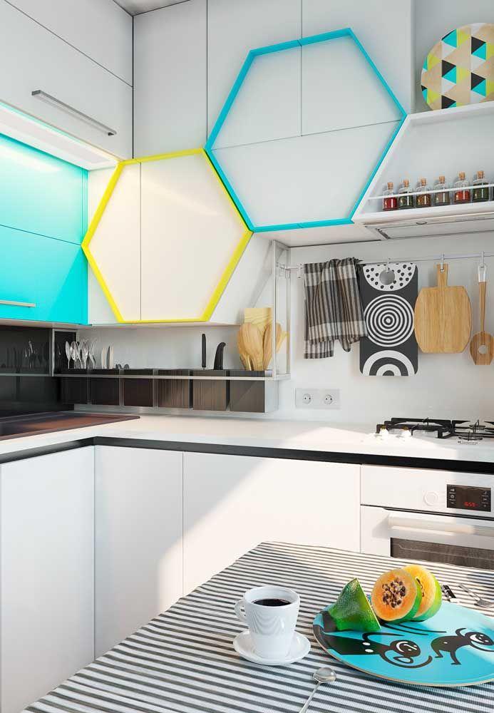 Para deixar o ambiente mais colorido, aposte em móveis com pequenos detalhes nas cores de sua preferência.