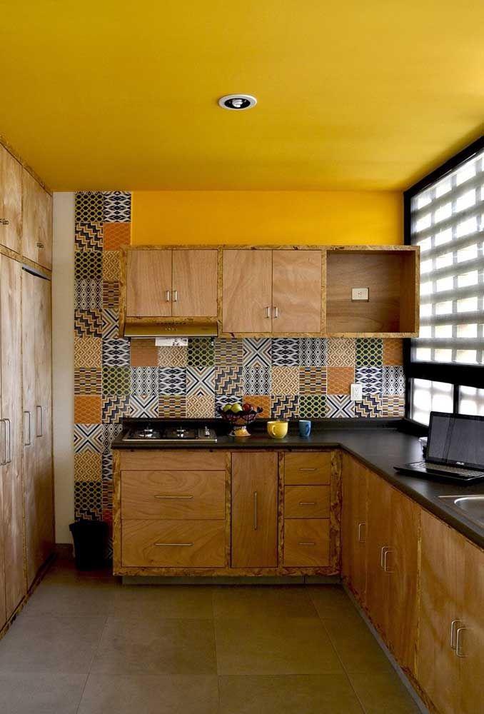 Para quem gosta de ambientes mais rústicos, os móveis de madeira são ideais. Nesse caso, a decoração ficou ainda mais interessante com a cor do teto no tom amarelo.