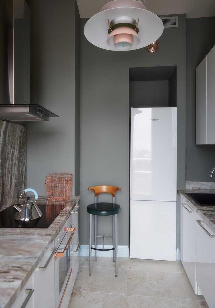Cores claras e escuras combinam muito na decoração de uma cozinha.