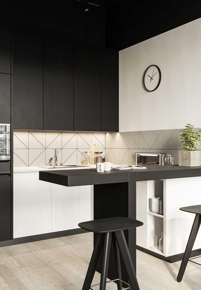 Misturar móveis nas cores branca e preta faz com que a cozinha se torne um ambiente mais sóbrio.