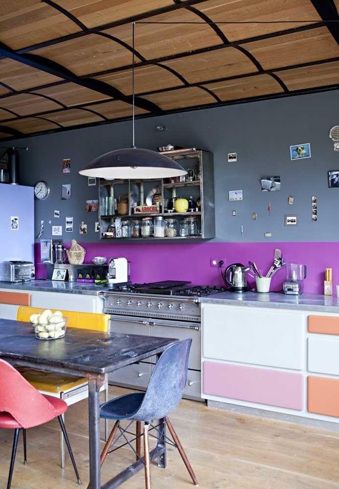Se você não vê problemas na variação de cores, use algumas delas na hora de decorar a cozinha, pois o ambiente fica mais descontraído.
