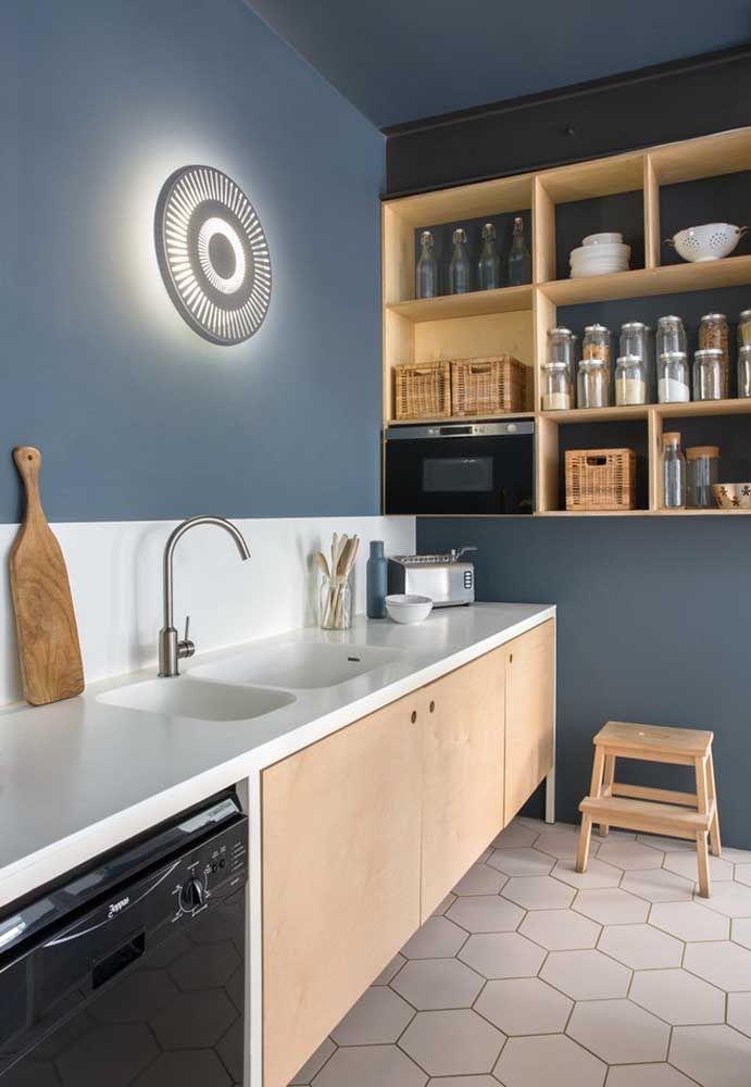 A cor que você escolhe para pintar a parede da sua cozinha faz toda a diferença na hora de acertar nas cores dos móveis.