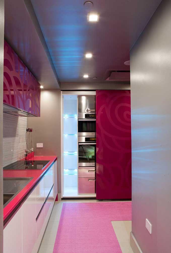 Cores fortes como o lilás, vermelho e rosa são excelentes para quem deseja fazer uma cozinha mais feminina.