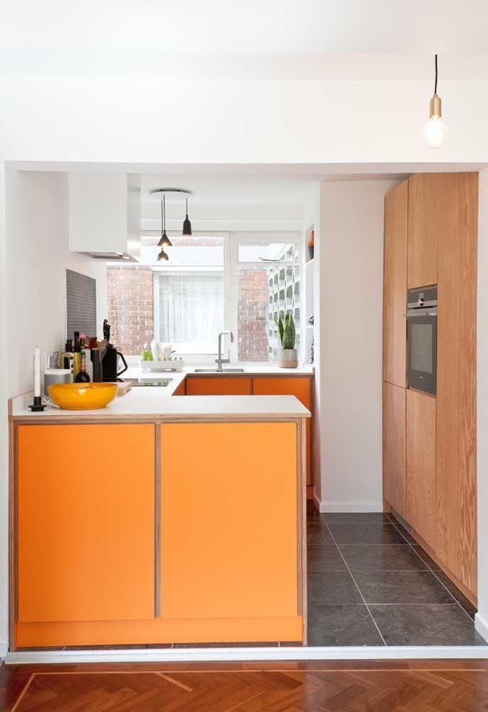 A escolha da cor dos móveis da cozinha deve combinar com a decoração de toda a casa.