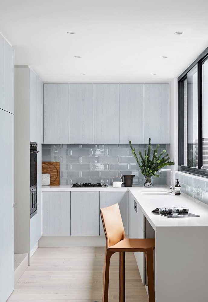 O cinza no tom bem claro é perfeito para deixar o ambiente mais amplo, dando a impressão de ter mais espaço.