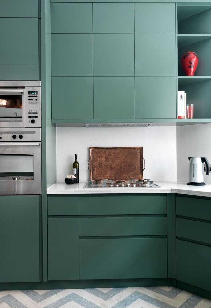 O verde musgo fica perfeito em uma cozinha com os eletrodomésticos de alumínio.
