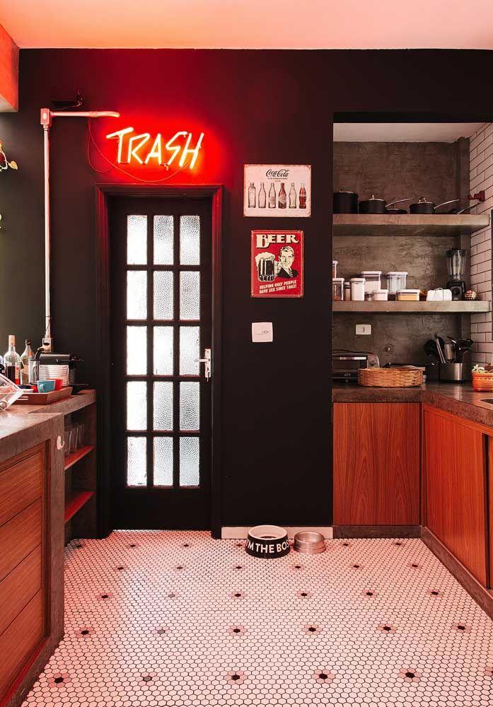 A cor preta está perfeita para o propósito da decoração dessa cozinha que é promover um ambiente mais trash.