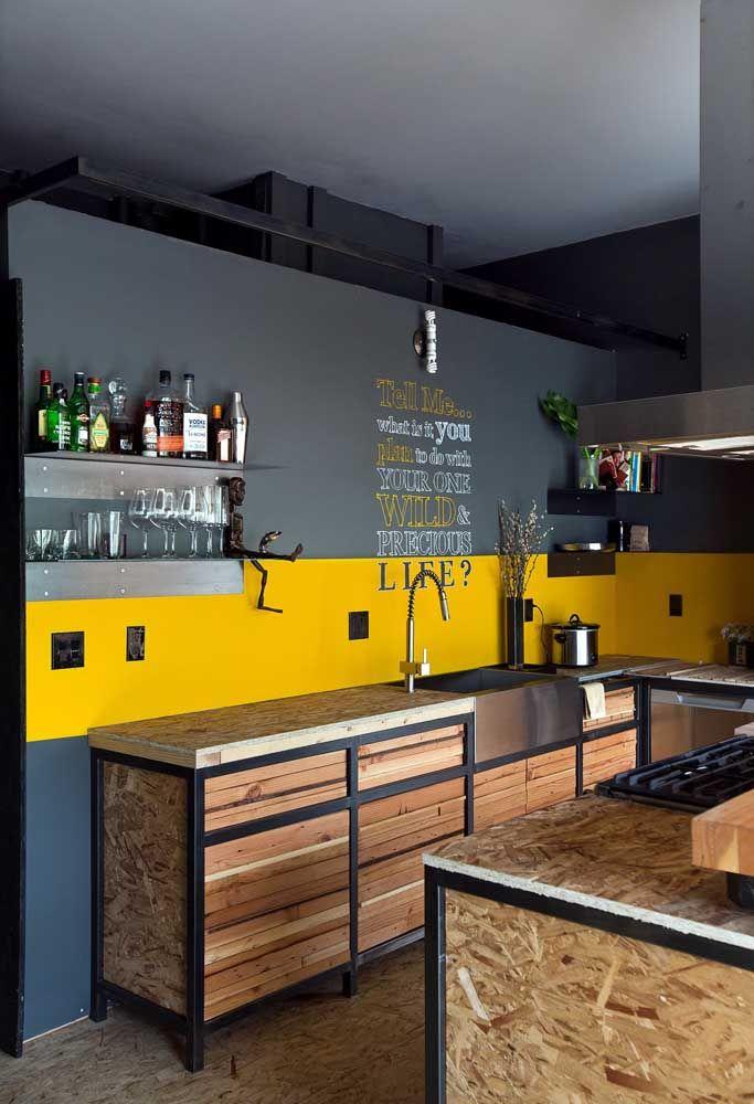 Mais uma vez o azul e o amarelo, só que em tons diferentes, é o grande destaque da cozinha.