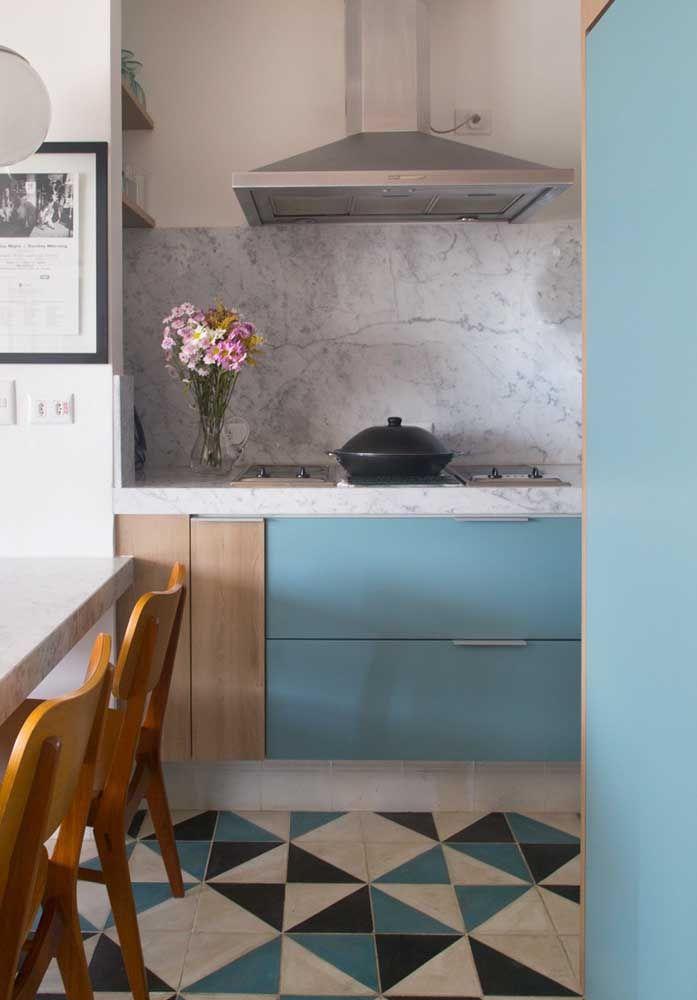Nesse caso, o desenho do piso combina com as cores do armário e com o granito da parede e balcão.