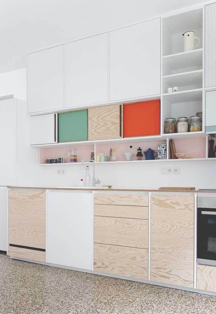 Use algumas cores mais chamativas em alguns detalhes da decoração da cozinha.