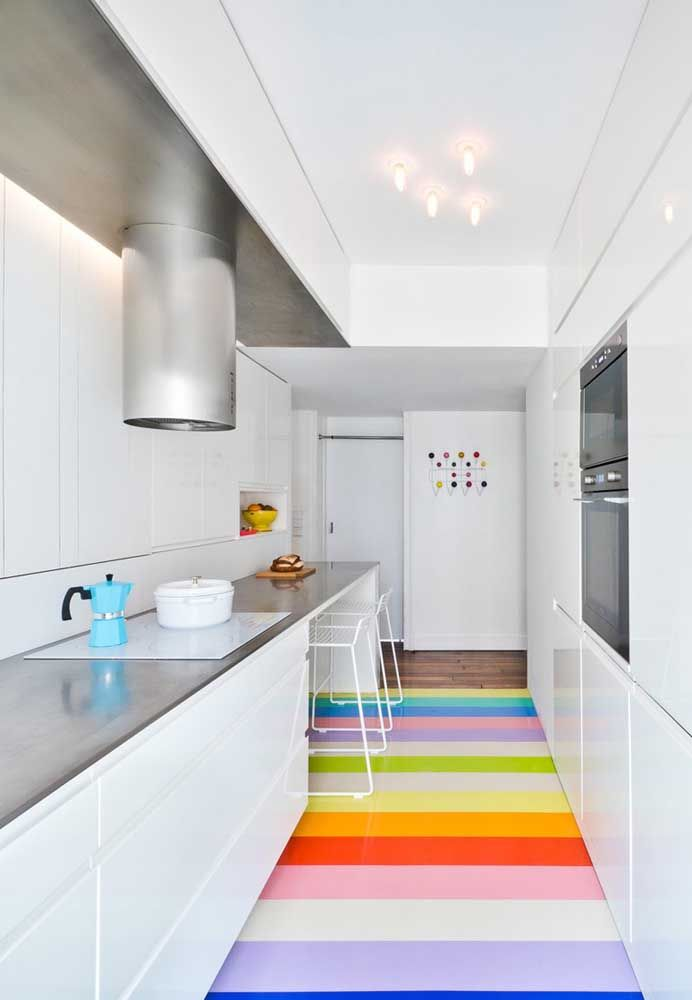 Agora se você deseja ter uma cozinha totalmente branca, pense na possibilidade de fazer um piso colorido como esse.