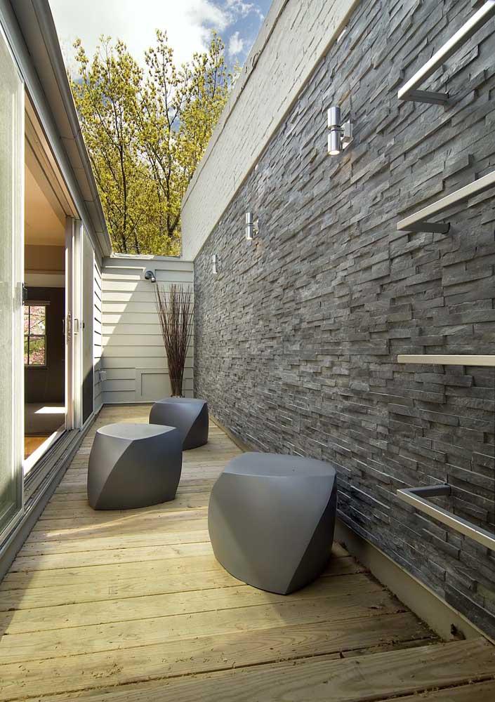 Essa varanda ganhou a companhia de três arandelas externas em estilo moderno