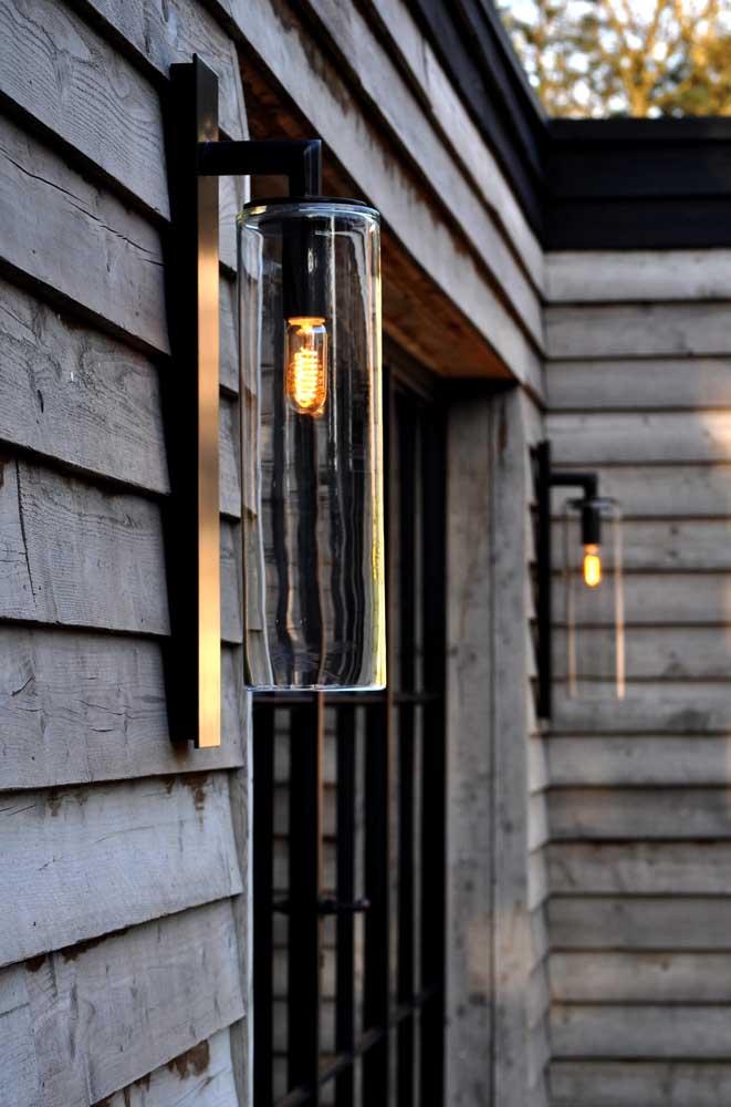 Arandelas externas em vidro com formato diferenciado para realçar o uso da lâmpada de filamento de carbono; o grande destaque