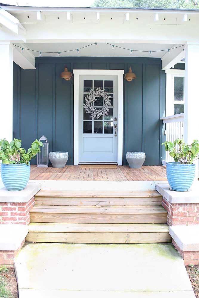 Opção de arandela externa rústica, ideal para casas de campo e sítios; repare que o uso é feito em pares