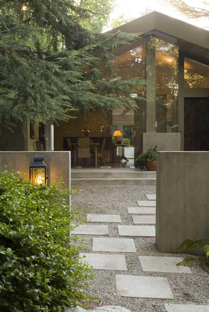 Muros baixos também ficam perfeitos com as arandelas externas; esse modelo de ferro combina muito com áreas verdes e campo