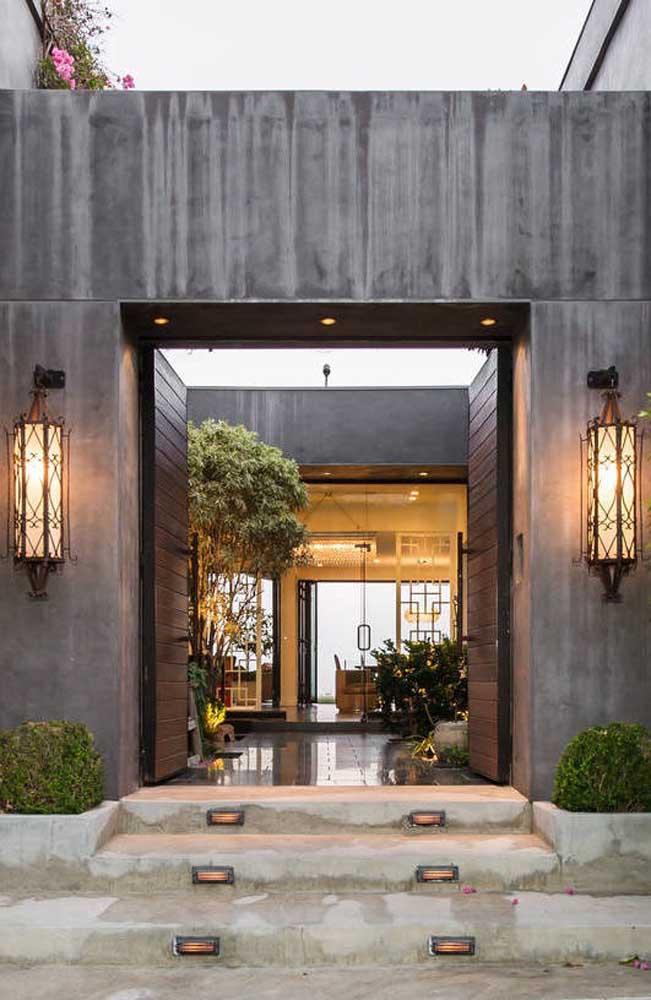 Que inspiração maravilhosa! A área externa desta casa ganhou lindas arandelas ornamentais em companhia de spots nos degraus da escada e no alto da entrada da porta