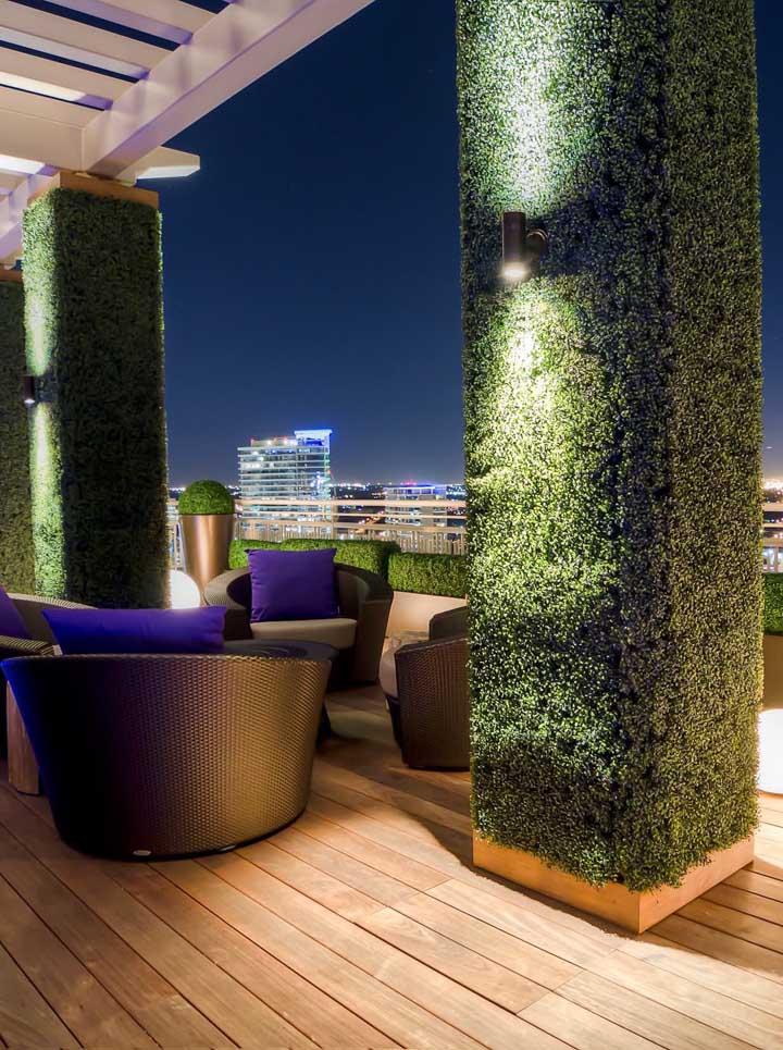 """As arandelas externas valorizaram as """"colunas verdes"""" da área externa da casa"""