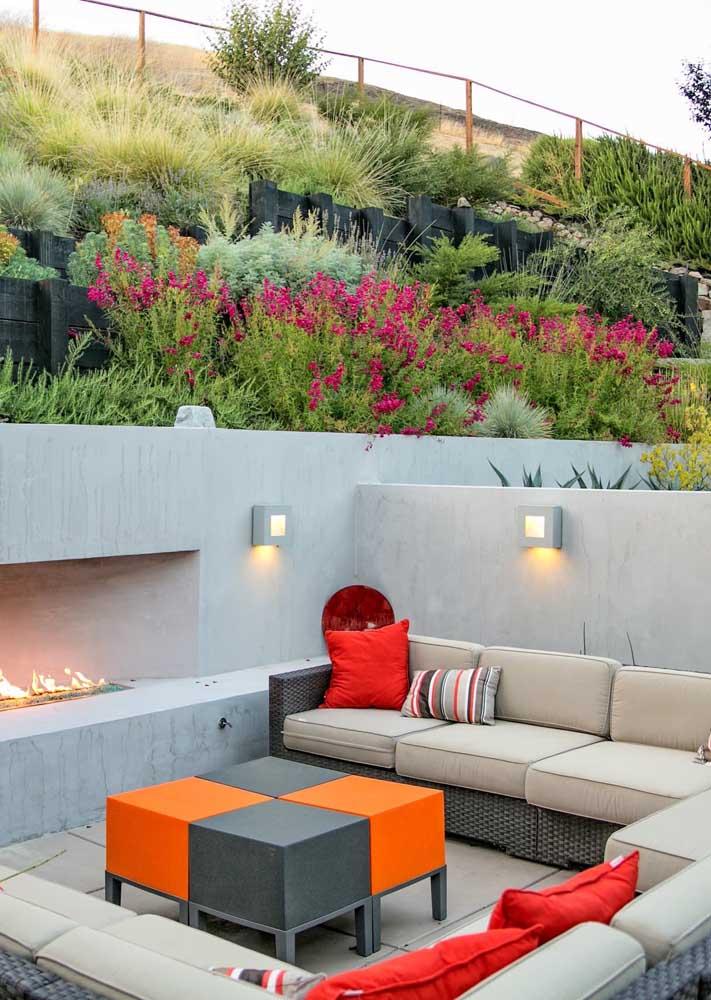As arandelas externas posicionadas junto ao sofá garantem uma iluminação acolhedora e intimista