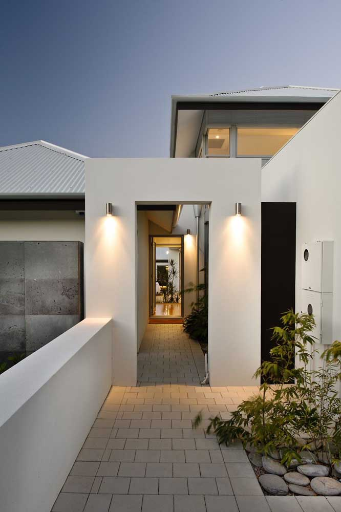 Arandelas externas pequenas e discretas para a porta de entrada da casa moderna